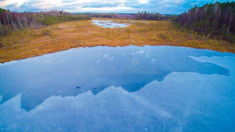 μπλε παγωμένη λίμνη στοκ φωτογραφίες με δικαίωμα ελεύθερης χρήσης