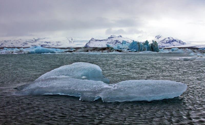 Μπλε παγόβουνα Jokulsarlon με το βουνό Snaefell, Ισλανδία στοκ εικόνες