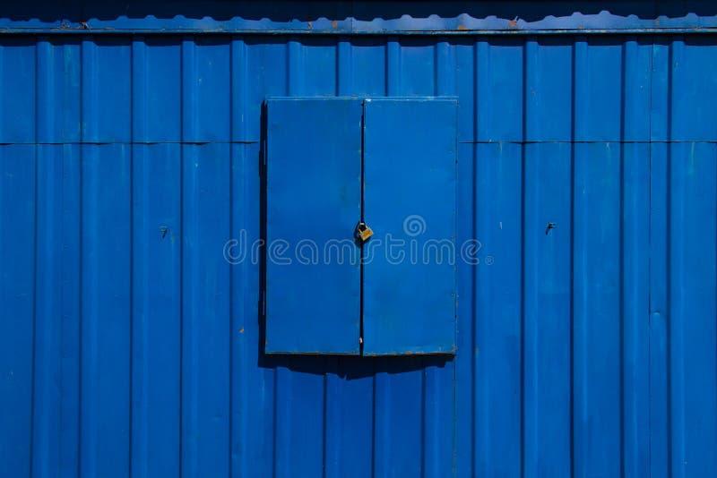 Μπλε παραθυρόφυλλα και κλειδαριά μετάλλων στοκ εικόνες