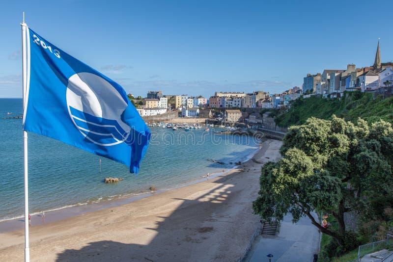Μπλε παραλία σημαιών σε Tenby, Pembrokeshire στοκ εικόνες