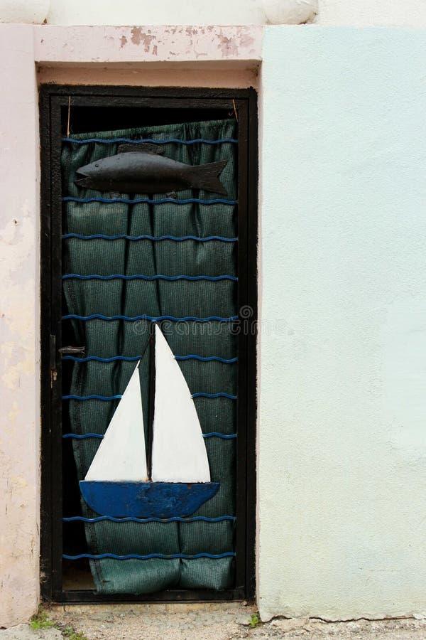 Μπλε παλαιά πόρτα με τα κίνητρα θάλασσας στοκ εικόνες