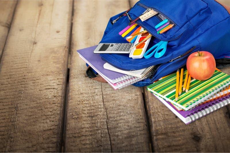 μπλε πετώντας σχολείο σφενδάμνου φύλλων τσαντών ανασκόπησης στοκ εικόνα με δικαίωμα ελεύθερης χρήσης