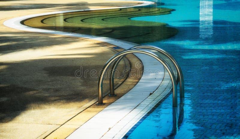 Μπλε πισίνα με τα βήματα στοκ εικόνες