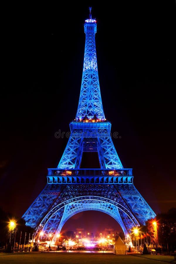 Μπλε πυράκτωσης πύργων του Άιφελ που φωτίζεται τη νύχτα στο Παρίσι, Γαλλία στοκ φωτογραφία με δικαίωμα ελεύθερης χρήσης