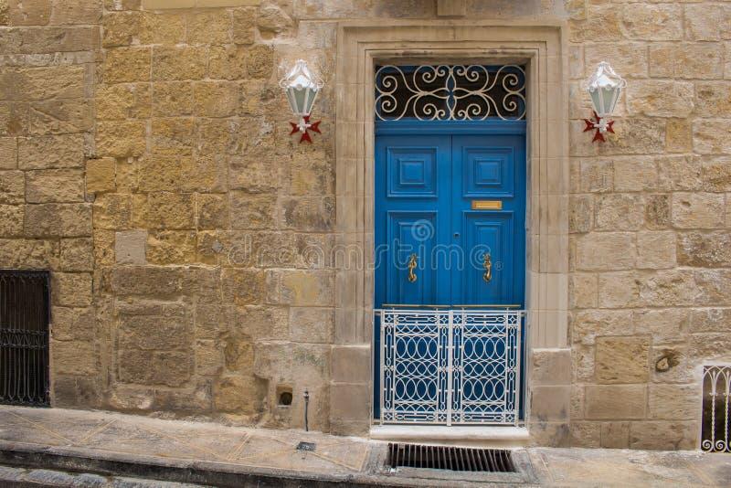 Μπλε πόρτα ενός σπιτιού πετρών, νησί Μάλτα στοκ φωτογραφίες με δικαίωμα ελεύθερης χρήσης