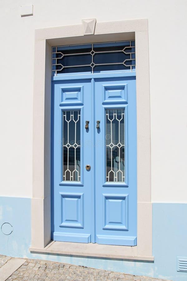 μπλε πόρτα ξύλινη στοκ φωτογραφία