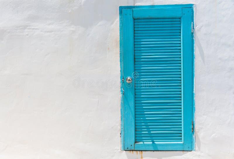 Μπλε πόρτα στον άσπρο τοίχο στοκ εικόνες με δικαίωμα ελεύθερης χρήσης