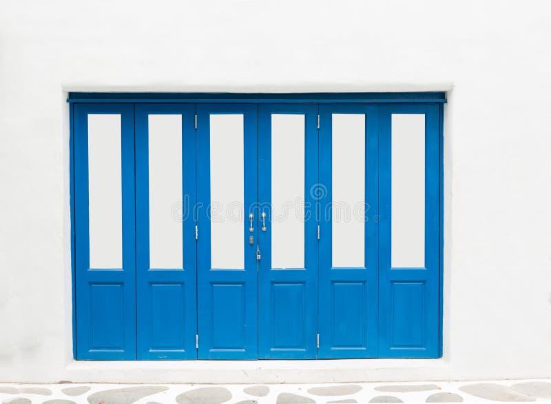 Μπλε πόρτα στον άσπρο τοίχο στοκ εικόνα