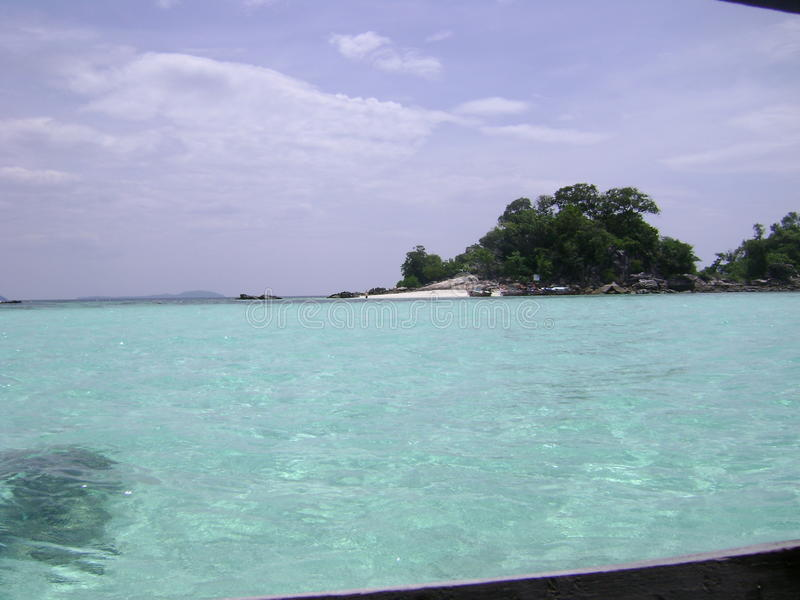 μπλε σαφή κύματα ουρανού θάλασσας στοκ φωτογραφίες με δικαίωμα ελεύθερης χρήσης
