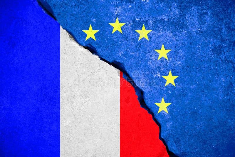 Μπλε σημαία της ΕΕ ευρωπαϊκών ενώσεων Frexit στο σπασμένο τοίχο και μισή σημαία της Γαλλίας, έννοια εξόδων στοκ φωτογραφίες