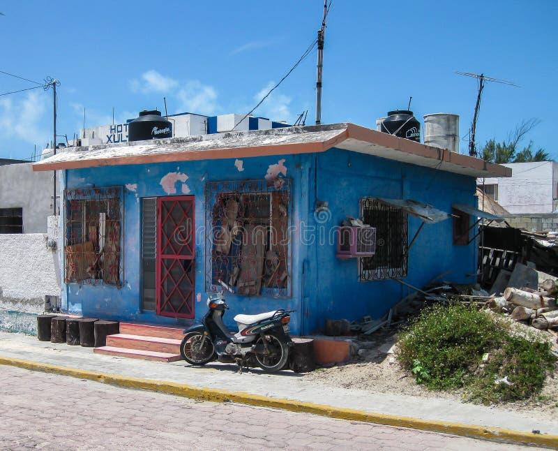 Download Μπλε σπίτι της Isla Muerjes Εκδοτική Εικόνες - εικόνα από νησί, σκηνή: 62702036