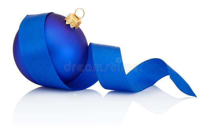 Μπλε σφαίρα Χριστουγέννων που καλύπτεται με την κατσαρωμένη κορδέλλα που απομονώνεται στο λευκό στοκ φωτογραφία