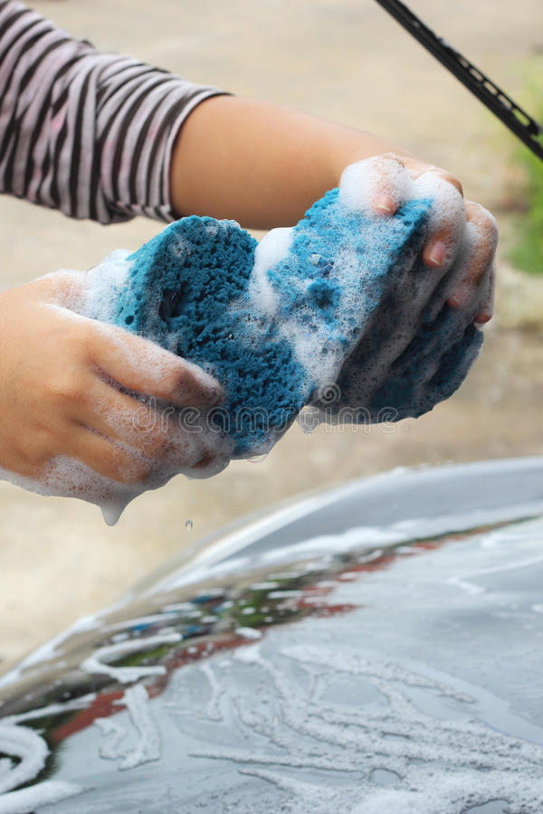 Μπλε σφουγγάρι το αυτοκίνητο για την πλύση στοκ εικόνες