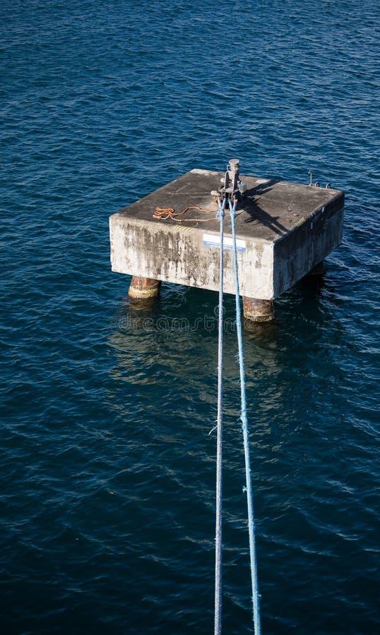 Μπλε σχοινιά που δένονται στη συγκεκριμένη πρόσδεση σκαφών στοκ εικόνα