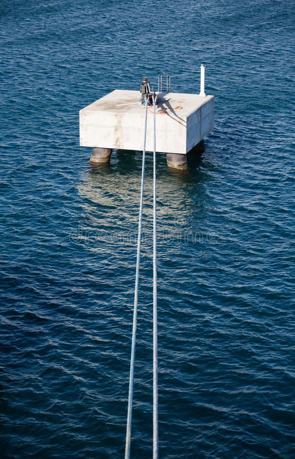 Μπλε σχοινιά στη συγκεκριμένη πρόσδεση στο μπλε λιμάνι στοκ φωτογραφίες με δικαίωμα ελεύθερης χρήσης