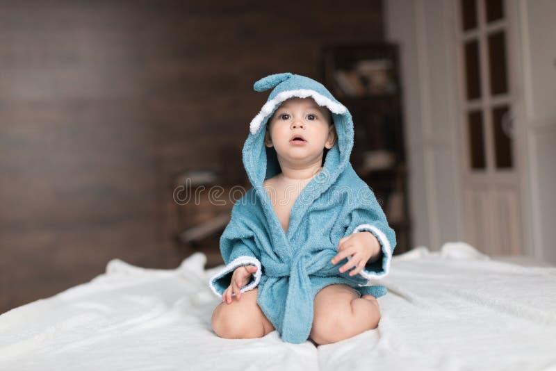 μπλε τήβεννος αγοριών μωρών στοκ φωτογραφία
