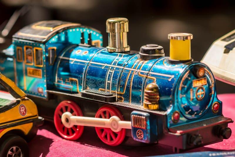 Μπλε τραίνο παιχνιδιών ορείχαλκου εκλεκτής ποιότητας στοκ εικόνες
