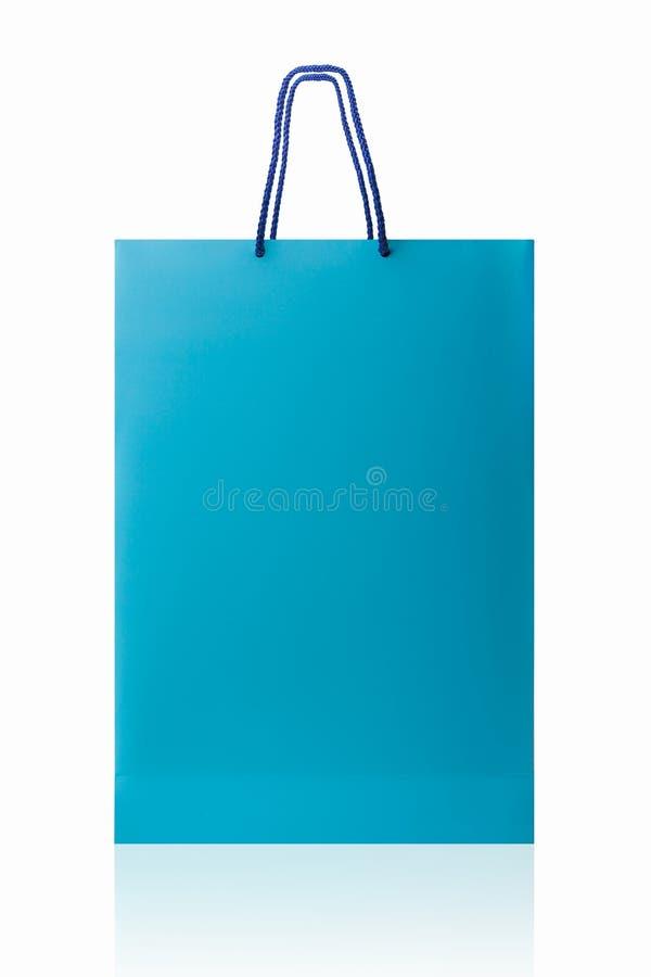 Μπλε τσάντα αγορών, που απομονώνεται με το ψαλίδισμα της πορείας στο άσπρο backgrou στοκ φωτογραφία
