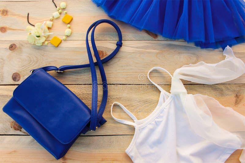 Μπλε τσάντα μπλουζών θερινού ιματισμού γυναικών και φουστών εξαρτημάτων, χάντρες στοκ εικόνες