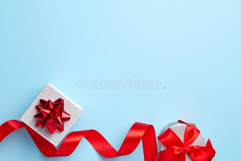 Μπλε υπόβαθρο με τα δώρα στοκ εικόνα