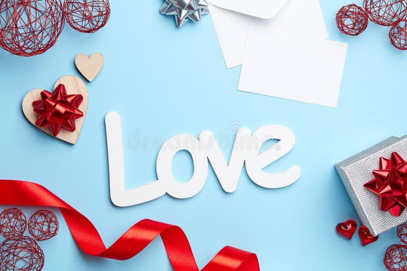 Μπλε υπόβαθρο με τη σύνθεση ημέρας valentine's στοκ εικόνα