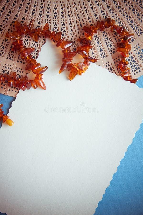 Μπλε υπόβαθρο με τις ηλέκτρινες χάντρες για το σχέδιο στοκ φωτογραφία