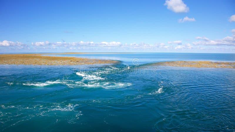 Μπλε υπόβαθρο νερού με το σκόπελο στη χαμηλή παλίρροια στοκ φωτογραφίες με δικαίωμα ελεύθερης χρήσης