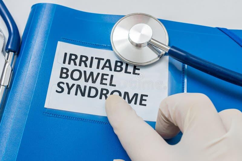 Μπλε φάκελλος με τα υπομονετικά αρχεία με τη διάγνωση IBS (σύνδρομο ευερέθιστων εντέρων) στοκ φωτογραφίες