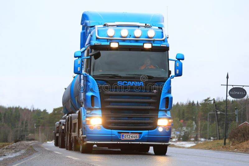 Μπλε φορτηγό δεξαμενών Scania ευθύ στοκ φωτογραφία με δικαίωμα ελεύθερης χρήσης