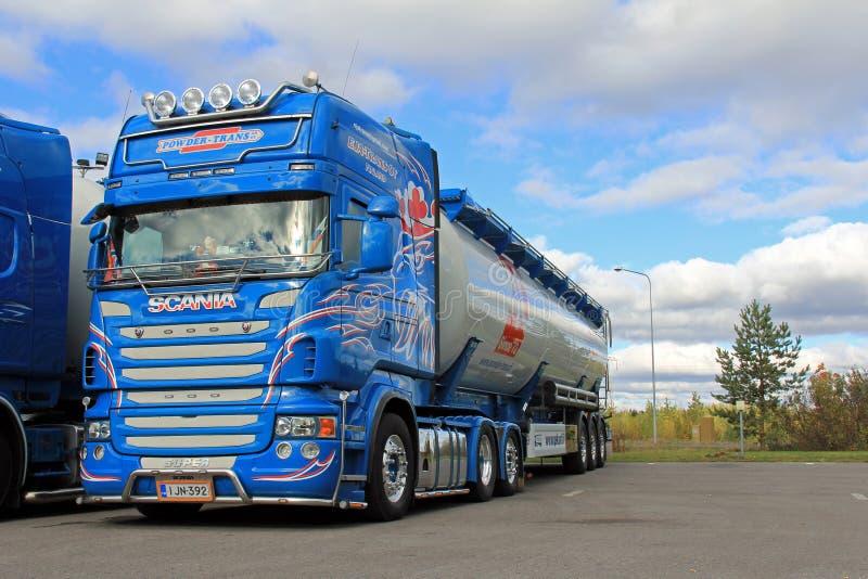 Μπλε φορτηγό μαζικών μεταφορών Scania στοκ φωτογραφίες