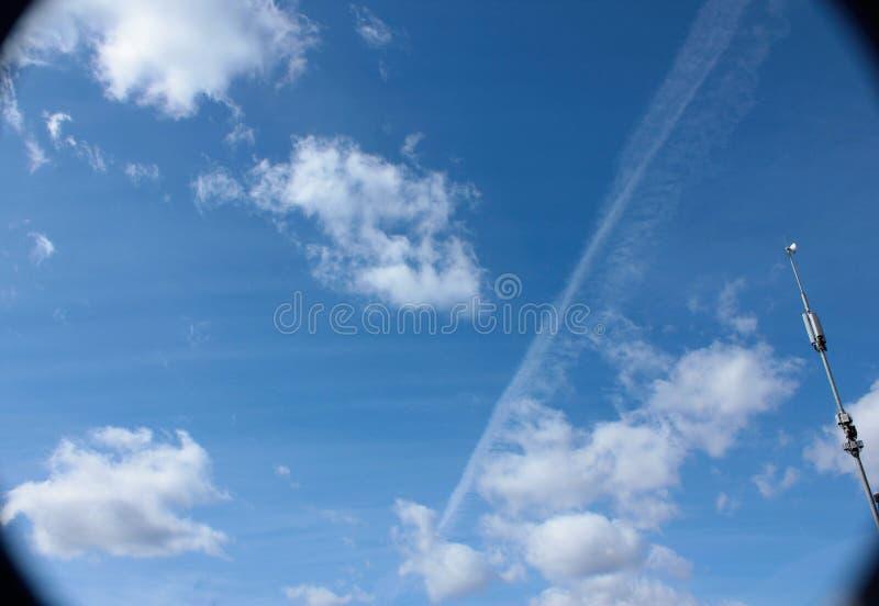μπλε φωτεινός ουρανός σύν&n στοκ φωτογραφία