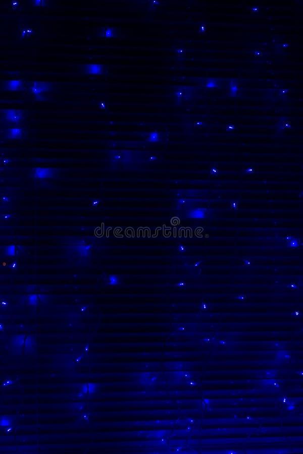 Μπλε φω'τα νεράιδων τη νύχτα στους τυφλούς μετάλλων στοκ φωτογραφία