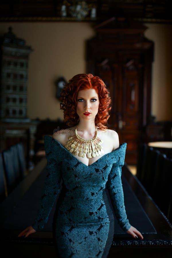 μπλε φόρεμα που φορά τη γυ& στοκ εικόνα