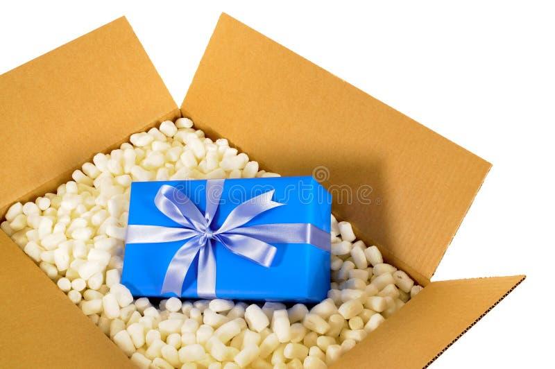Μπλε δώρο κιβωτίων παράδοσης χαρτονιού στέλνοντας εσωτερικό και κομμάτια συσκευασίας πολυστυρολίου στοκ φωτογραφία