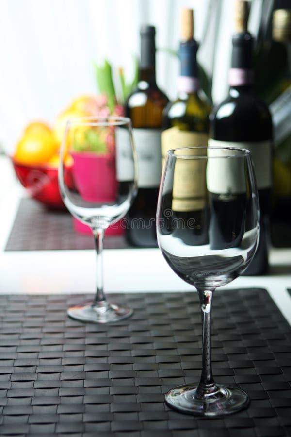 μπλε dof ρηχό κρασί γυαλιών στοκ εικόνες