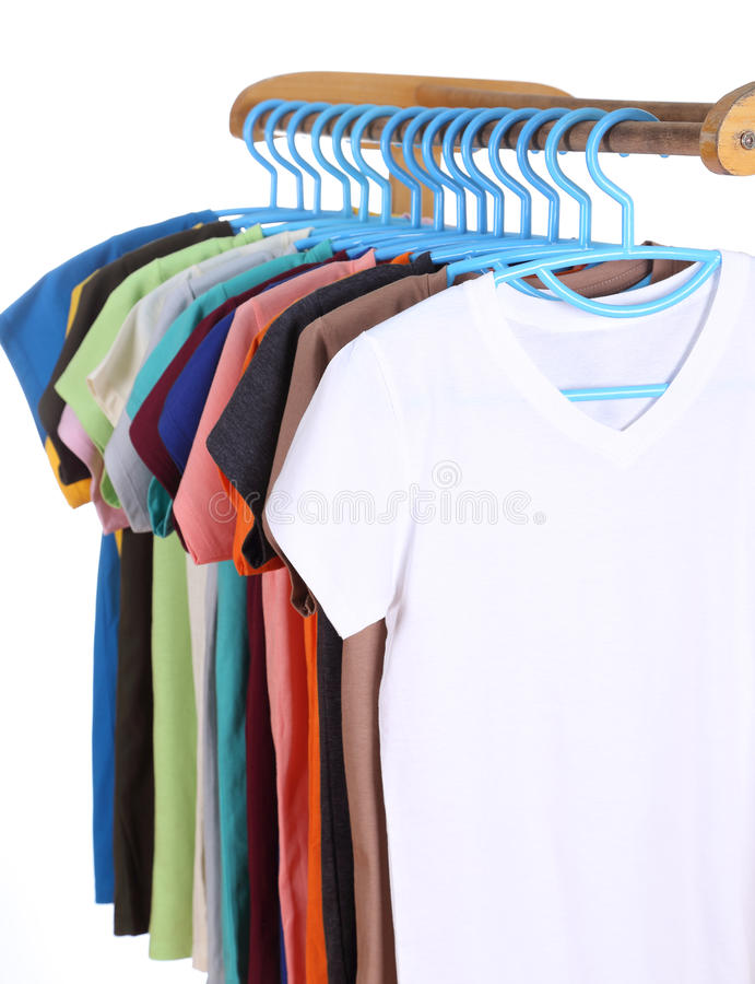 Μπλούζες που κρεμούν στις κρεμάστρες στοκ φωτογραφίες με δικαίωμα ελεύθερης χρήσης