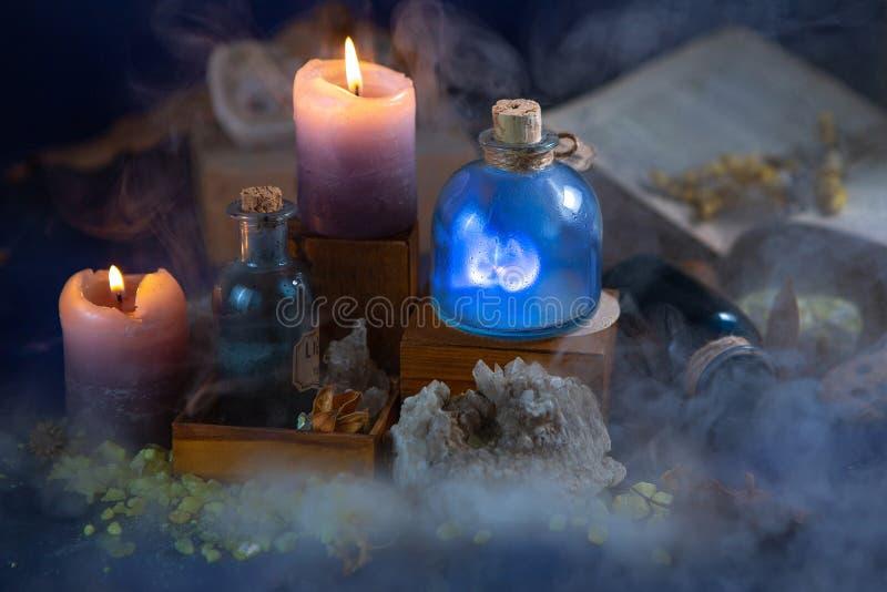 Μυθική ακόμα ζωή νύχτας Μάγος εργαστηρίων Φιάλες, κεριά, κρύσταλλα, καπνός, μαγικός Χημικά πειράματα Απεικόνιση για μια νεράιδα στοκ φωτογραφία