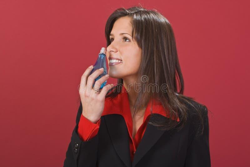 μυρίζοντας γυναίκα αρώματος στοκ εικόνες