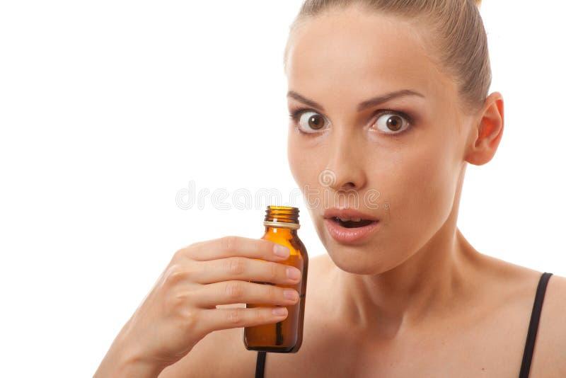 Μυρίζοντας μπουκάλι γυναικών στοκ εικόνες με δικαίωμα ελεύθερης χρήσης