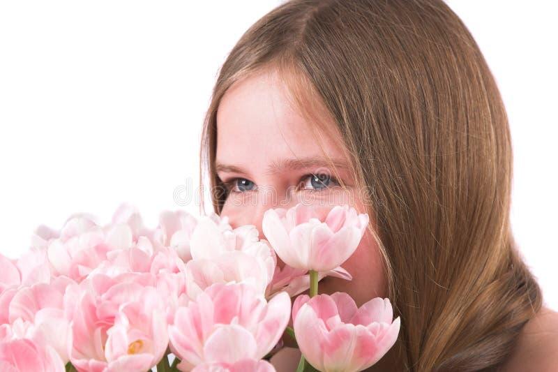 μυρίζοντας τουλίπες στοκ εικόνες