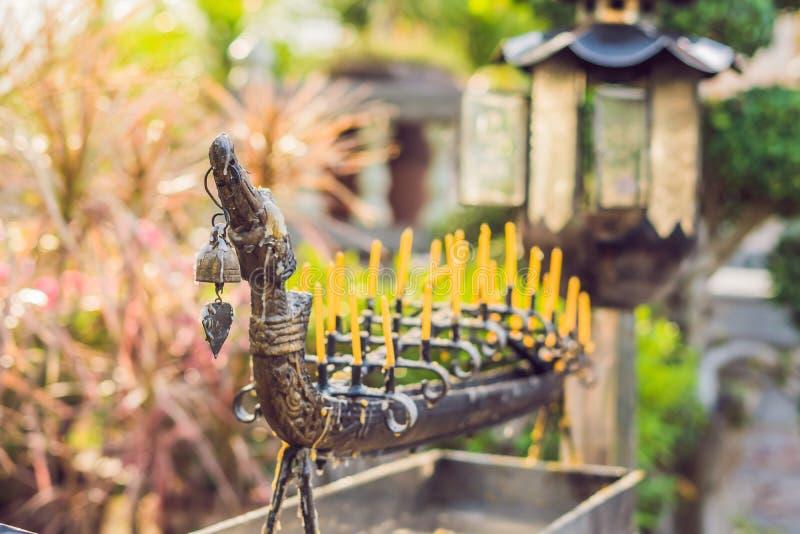 Μυρίστε τον καπνό του θυμιάματος, ο καπνός του ραβδιού κινέζικων ειδώλων στο ναό, καπνός του θυμιάματος στη λάρνακα πνευμάτων στοκ εικόνες με δικαίωμα ελεύθερης χρήσης