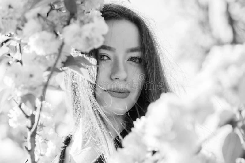 Μυρωδιά ανθών, αλλεργία η γυναίκα ανθίζει την άνοιξη την άνθιση skincare και SPA Φυσικά καλλυντικά για το δέρμα κορίτσι στο κεράσ στοκ εικόνες με δικαίωμα ελεύθερης χρήσης