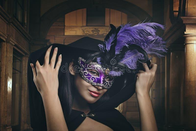 Μυστήρια γυναίκα με την ενετική μάσκα στοκ εικόνα με δικαίωμα ελεύθερης χρήσης