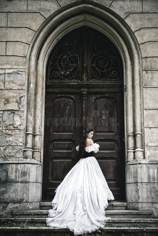 Μυστήρια γυναίκα στο βικτοριανό φόρεμα στοκ φωτογραφίες