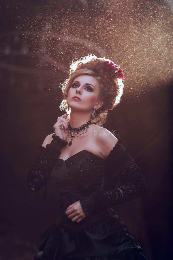 Μυστήρια γυναίκα στο μαύρο φόρεμα στοκ εικόνες