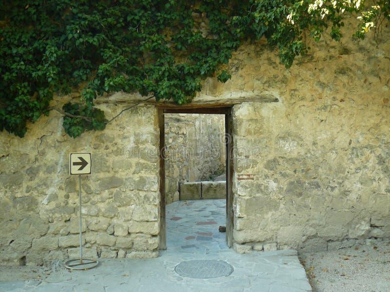 Μυστήρια μετάβαση με την πόρτα ανοικτή στοκ φωτογραφίες