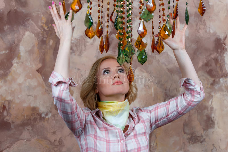 Μυστήρια νέα γυναίκα που κάνει ένα τελετουργικό με τις μαγικές πέτρες της στοκ φωτογραφία με δικαίωμα ελεύθερης χρήσης
