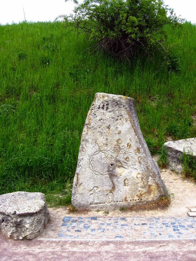 Μυστήρια πέτρα με ένα κρυπτογραφημένο μήνυμα και μυστήρια σημάδια από τους Μεσαίωνες Ο Stone του Templar στοκ εικόνα με δικαίωμα ελεύθερης χρήσης