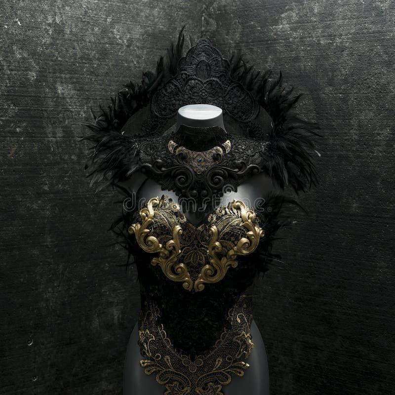 Μυστήριο γοτθικό χειροποίητο φόρεμα ύφους με τα μαύρα υφάσματα α δαντελλών στοκ φωτογραφίες
