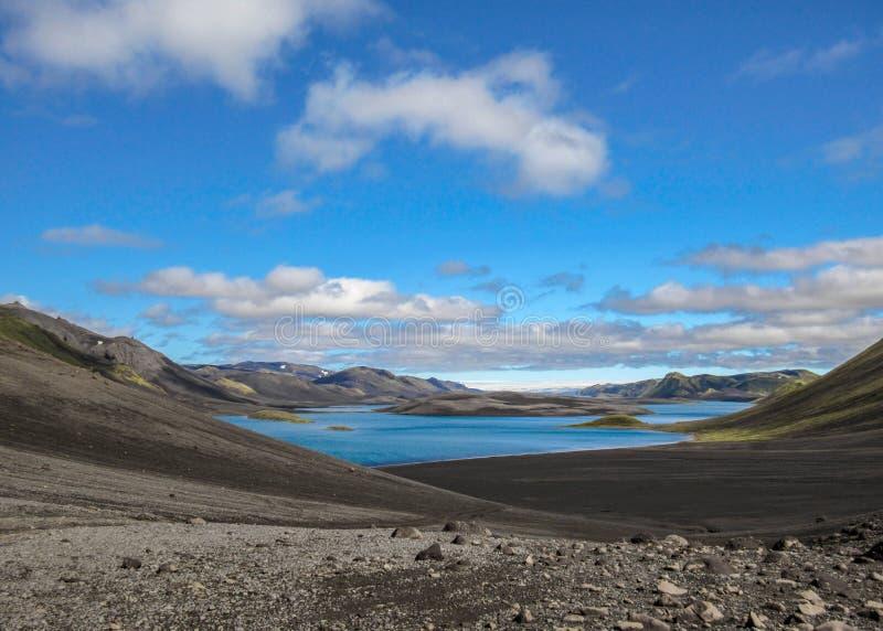 Μυστήριο τοπίο της λίμνης Langisjor στην ηλιόλουστη θερινή ημέρα: η λίμνη που τοποθετείται μάλλον μακριά από τον πολιτισμό στοκ εικόνα